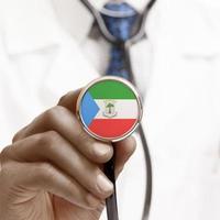 stethoskop mit nationalflagge konzeptionelle serie - äquatorial gu foto