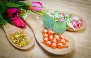 natürliche Vitamine für eine gute Gesundheit in einem Holzlöffel foto