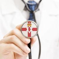 Nationalflagge auf Stethoskop-Konzeptreihe - Nordirland foto