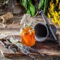 Heilkräuter in Flaschen mit Alkohol und Kräutern