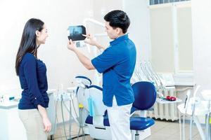 das Röntgenbild gesunder Zähne. die geduldige Frau stehend foto