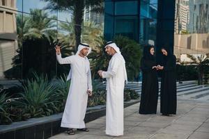 Gruppe arabischer Geschäftsleute im Freien