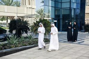 Gruppe arabischer Geschäftsleute im Freien foto