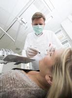 Zahnarzt in Aktion foto