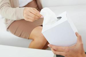 Papiertaschentücher geben foto