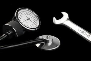 manuelles Blutdruckmessgerät isoliert auf schwarzer Nahaufnahme foto