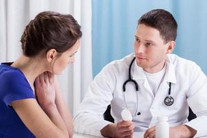 Arzt, der dem Patienten Medikamente empfiehlt foto