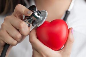 Arzt hört auf den Herzschlag foto
