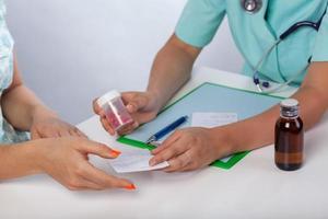 Arzt, der dem Patienten ein Rezept gibt foto