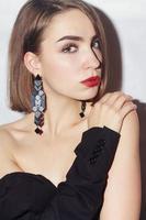 Porträt der jungen Frau mit natürlichen Zahnspangen foto