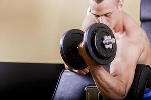 junger Mann im Fitnessstudio foto
