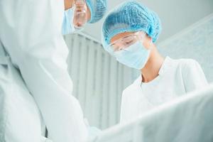 zwei ernsthafte Chirurgen