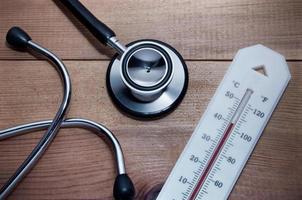 Stethoskop und Thermometer