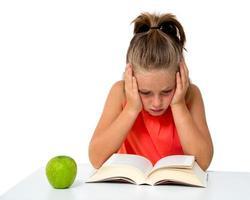 kleines Mädchen liest ein Buch foto