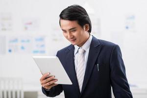 Geschäftsmann mit einer Tablette foto