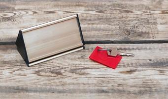 Schlüssel mit leerem Etikett und Metallschild foto