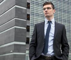 junger Geschäftsmann in einer städtischen Umgebung foto