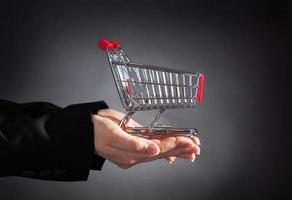 Unternehmer mit Einkaufswagen foto