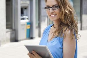 digitales Tablet und schöne Geschäftsfrau foto