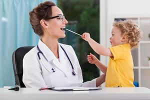kleiner Junge während des Arzttermins