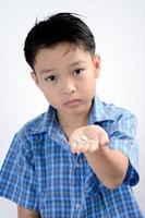 Junge nehmen Medizin foto