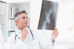 Arzt analysiert Röntgen in der Klinik foto