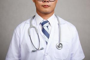 Nahaufnahme des asiatischen männlichen Arztkörpers foto