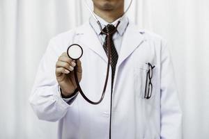 Arzt hört auf das Stethoskop foto