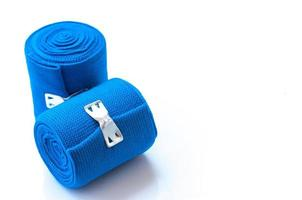 medizinischer blauer elastischer Verband lokalisiert auf weißem Hintergrund foto