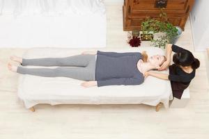 Frauen, die sich einer Massage unterziehen foto