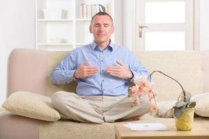 Mann, der Energiemedizin praktiziert foto