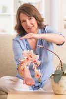 Frau, die Reiki-Therapie praktiziert foto