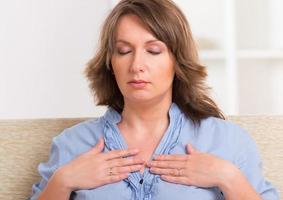Frau, die Energiemedizin praktiziert foto