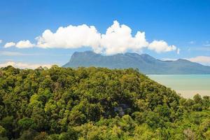 tropische Landschaft über Dschungel und Hügeln