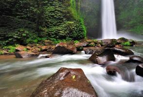 Wasserfall im Dschungel von Bali foto
