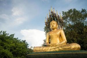 goldenes Bild von Buddha im Dschungel foto