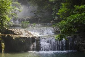 Wasserfall im Dschungel foto