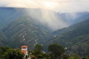 üppiger grüner Yungas-Dschungel in der Nähe von Coroico, Bolivien