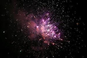 buntes Feuerwerk am Nachthimmel foto