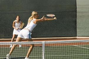 Tennisspieler greift nach Ball foto