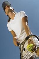 Tennisspieler bereit für einen Aufschlag foto