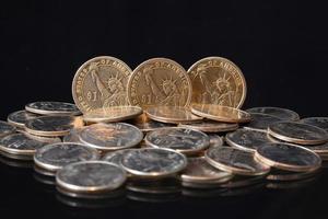 uns Dollarmünzen auf einem Tisch foto
