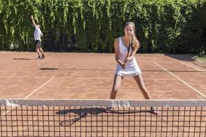 zwei Athleten auf dem Tennisplatz foto