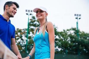 Tennisspieler unterhalten sich im Freien foto
