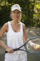 Frau spielt Tennis auf dem Platz foto