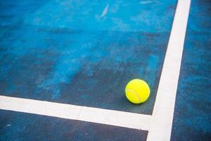 Tennisball auf einem Tennisplatz foto