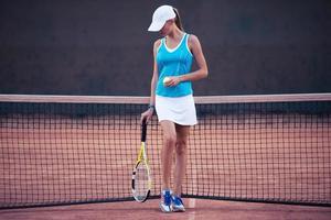 Mädchen spielt im Tennis foto