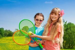 Mädchen mit Tennisschlägern foto