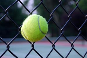 Tennisball im Zaun foto