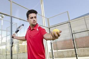 Paddel-Tennisspieler bereit zum Aufschlagball foto